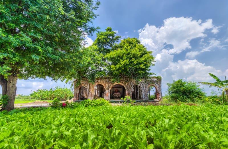 在村庄头里面的多数原始的老房子 免版税库存照片