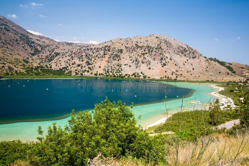 在村庄Kavros靠岸在克利特海岛,希腊 不可思议的绿松石水,盐水湖 背景更多我的投资组合旅行 库存图片