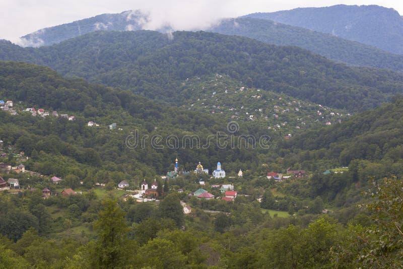 在村庄Lesnoye和三位一体Georgievskiy女性修道院的看法在索契爱德乐区  库存照片
