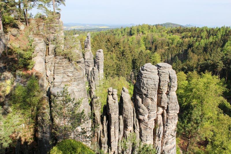 在村庄Prachov,在horiz的城堡Trosky附近的Prachovske山 免版税库存图片