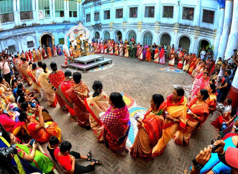 在杜尔加戴维神象附近的印度妇女跳舞 库存照片