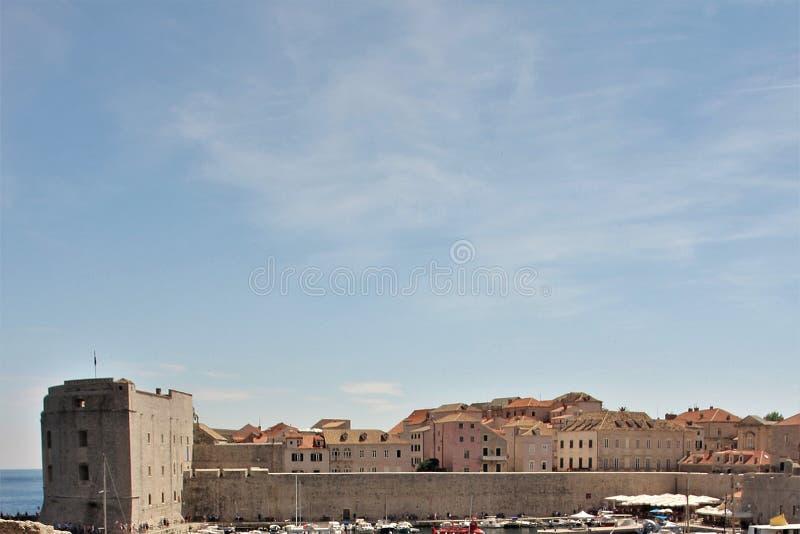 在杜布罗夫尼克上,克罗地亚堡垒墙壁的天空  免版税库存图片