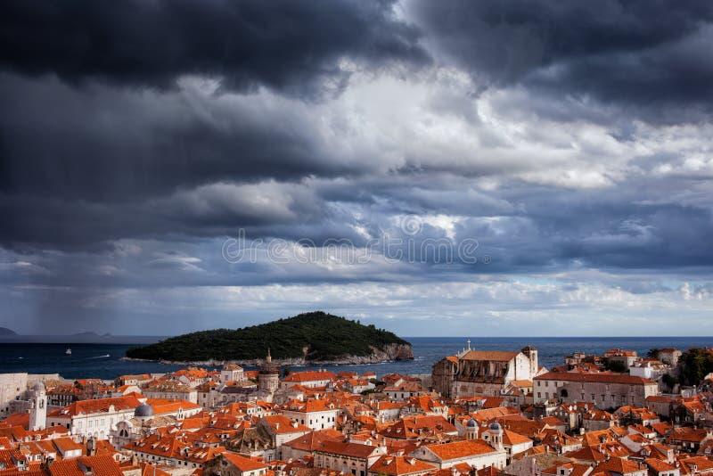 在杜布罗夫尼克和Lokrum海岛的云彩 库存照片