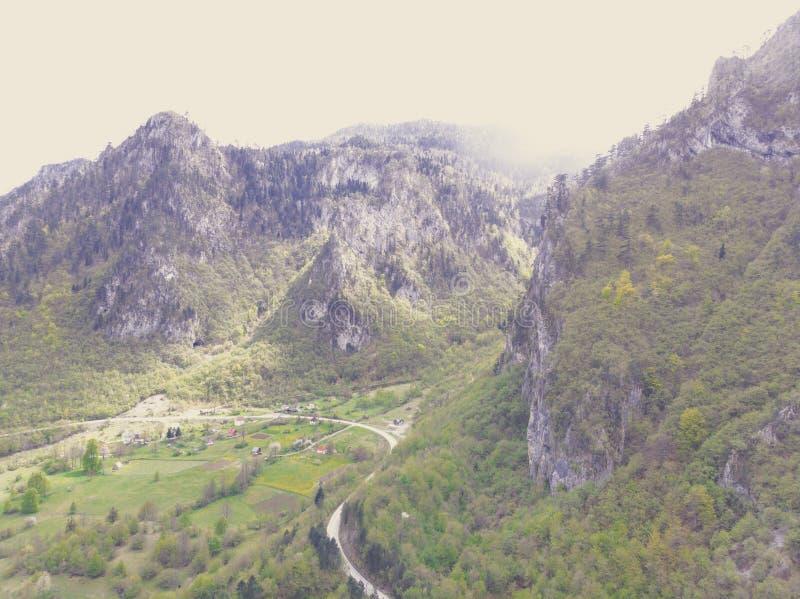 在杜米托尔国家公园山的鸟瞰图,国立公园,地中海,黑山,巴尔干,欧洲 instagram?? 在附近的路 图库摄影