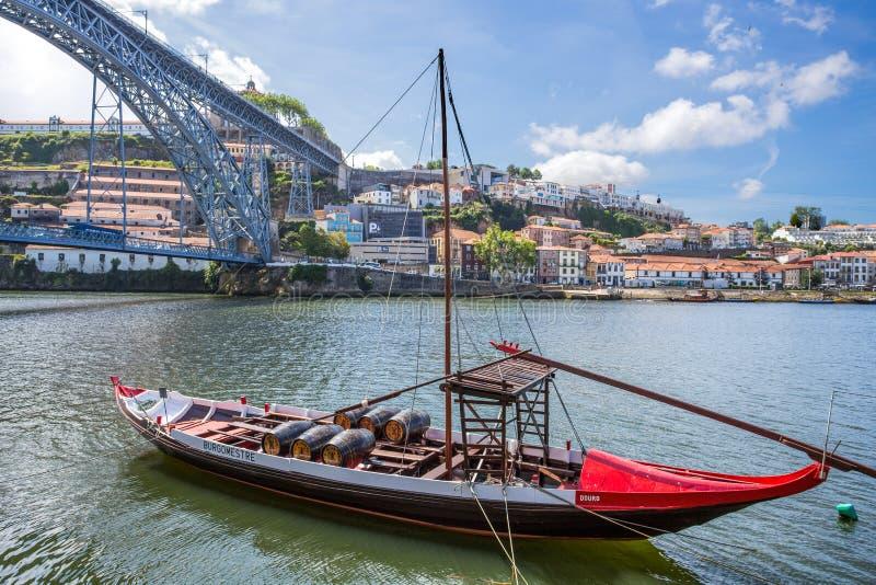 在杜罗河河有传统Rabelo小船的,波尔图,葡萄牙的老镇都市风景 库存照片