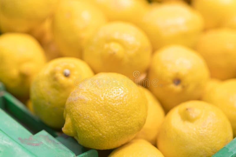 在条板箱的柠檬在超级市场 背景的很多黄色柠檬 免版税图库摄影