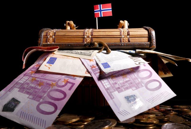 在条板箱顶部的挪威旗子 图库摄影