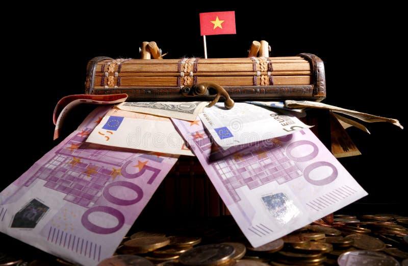 在条板箱顶部的越南旗子 库存图片