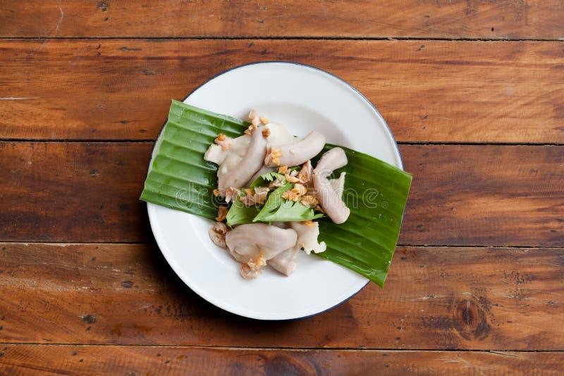 在杨或Roasted烤肉猪肠的泰国街道食物sai 免版税库存图片