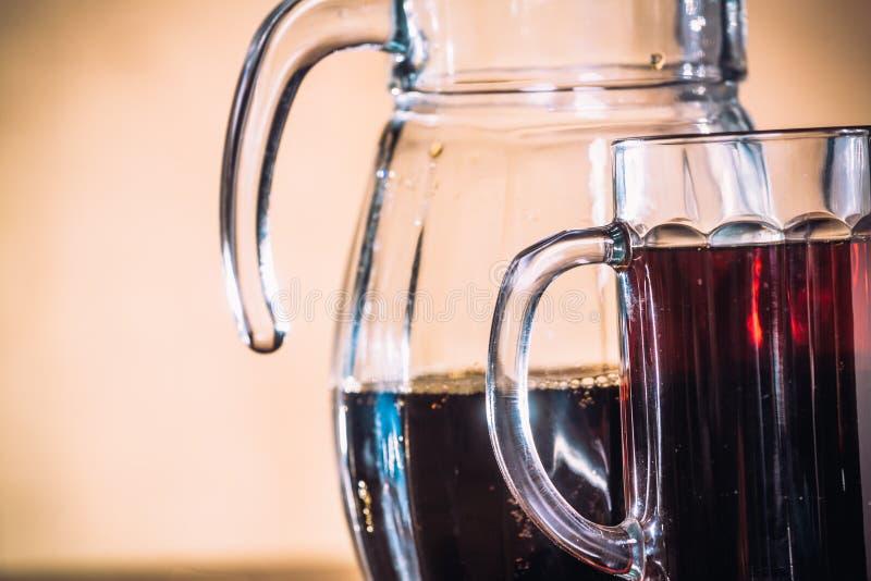 在杯子和水罐的俄国酿造在木背景的黑麦面粉 免版税图库摄影