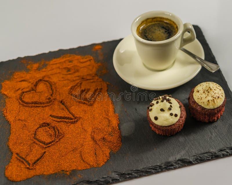 在杯子的咖啡和两个鲜美松饼和词爱并且听见 库存图片