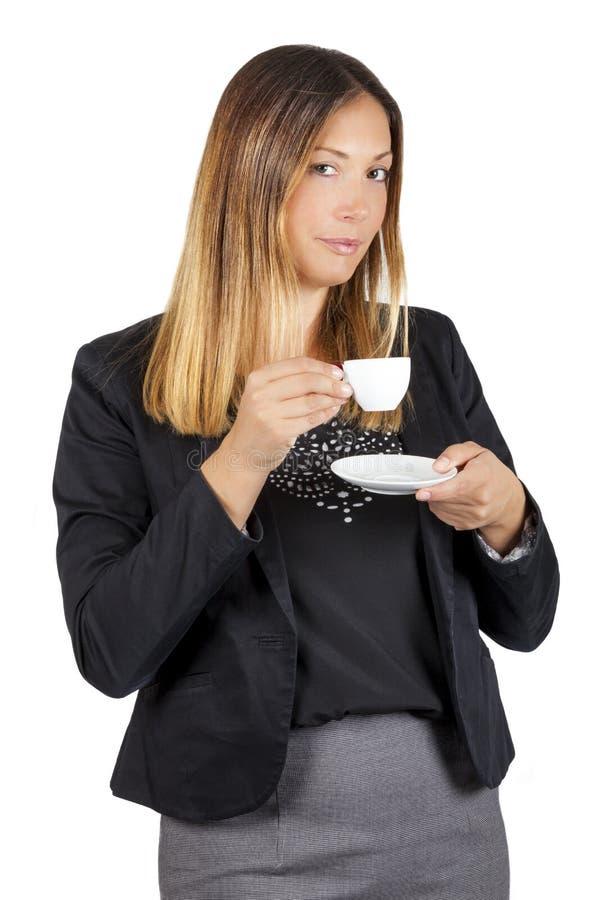 在杯子的女商人饮用的咖啡 工作停留 奶油被装载的饼干 免版税库存照片