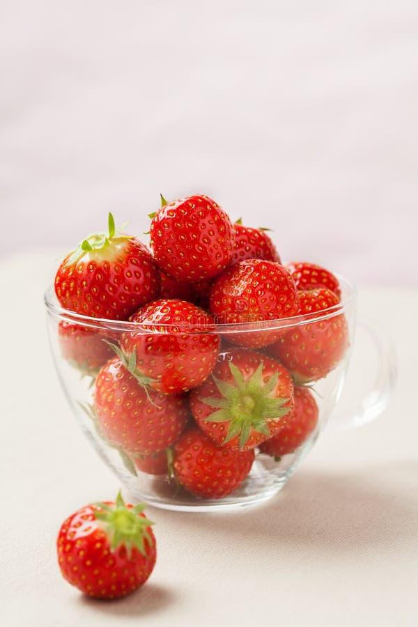 在杯子的新鲜的草莓 库存照片