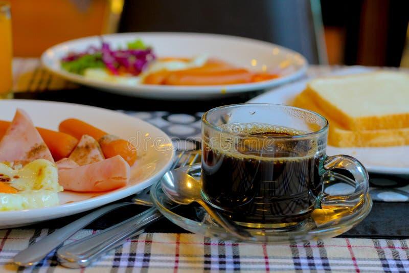 在杯子的无奶咖啡在桌上 免版税库存图片