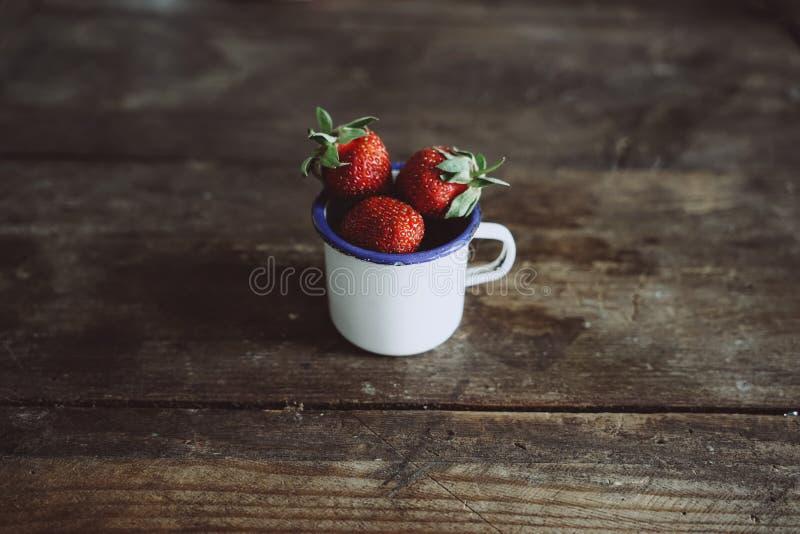 在杯子的草莓 库存图片