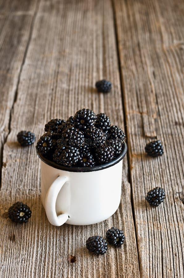 在杯子的黑莓 免版税库存图片