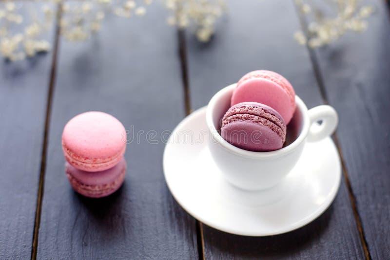 在杯子的Macarons 图库摄影