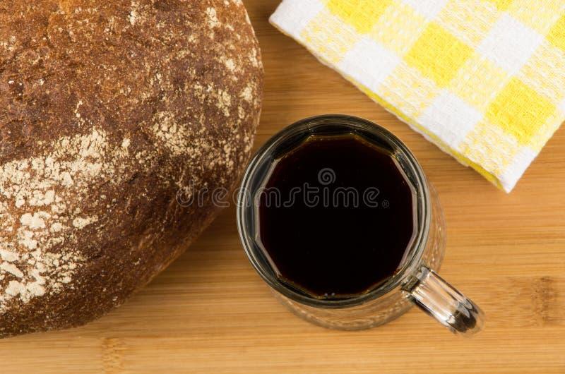 在杯子,圆的面包的俄国俄国啤酒在船上 图库摄影