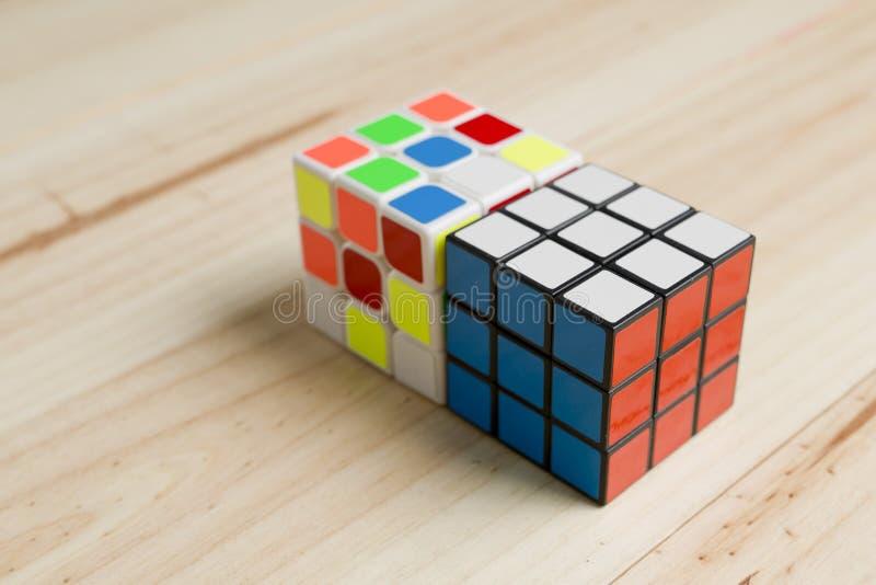 Download 在松木背景的两个rubik立方体 图库摄影片. 图片 包括有 数学, 经典, 背包, 查出, 社论, 问题 - 72371032