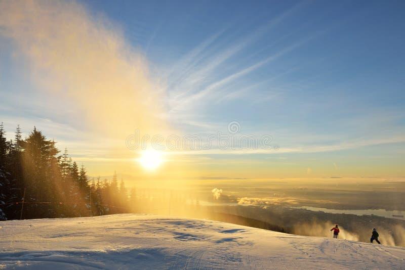 在松鸡山滑雪小山的新年日出 免版税库存图片