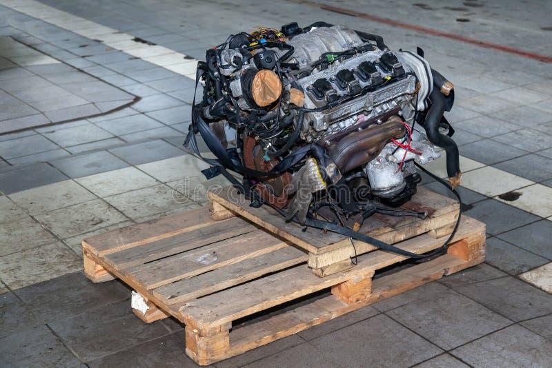 在板台的替换引擎登上用于设施在汽车在故障和修理以后在汽车修理车间作为a 图库摄影