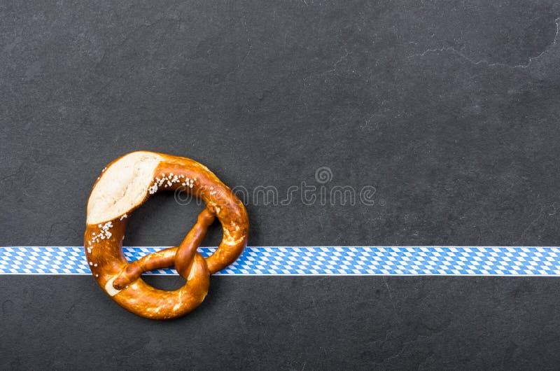 在板岩板材的椒盐脆饼 免版税库存图片