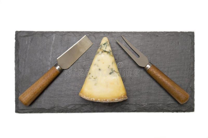 在板岩板的乳酪与利器 免版税库存照片