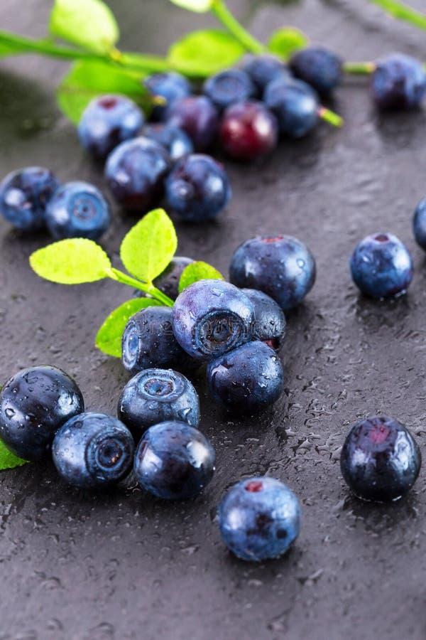 在板岩桌上的蓝莓 免版税库存照片