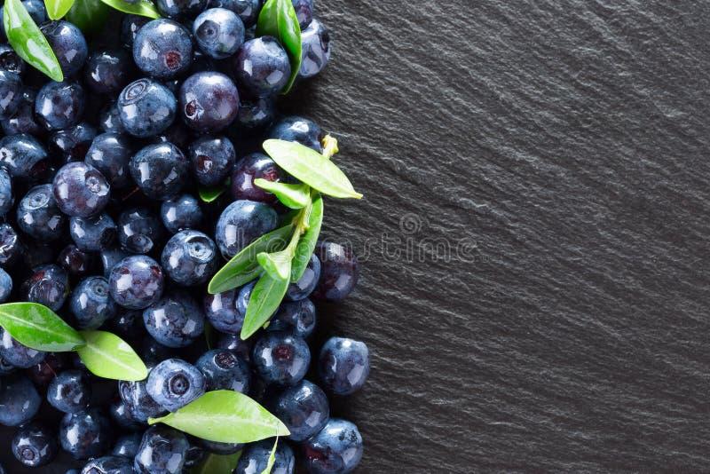在板岩桌上的蓝莓 免版税库存图片