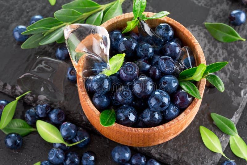在板岩桌上的蓝莓 库存图片