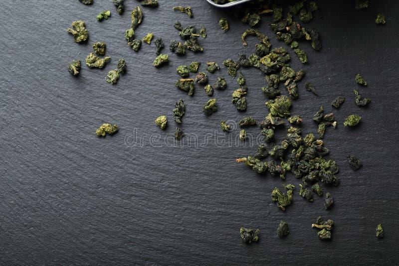 在板岩的中国绿色茶叶 库存照片