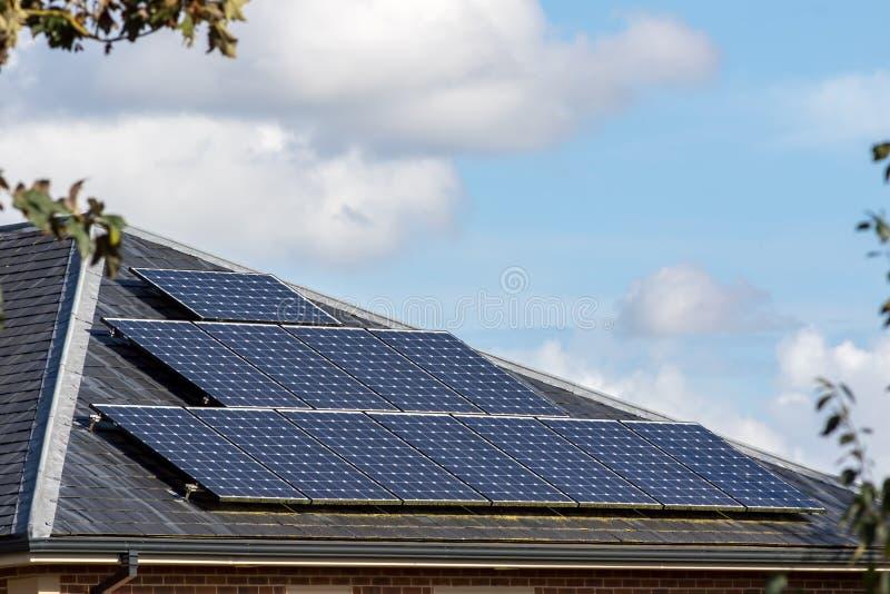 在板岩的太阳电池板铺磁砖了现代房子屋顶  免版税库存照片