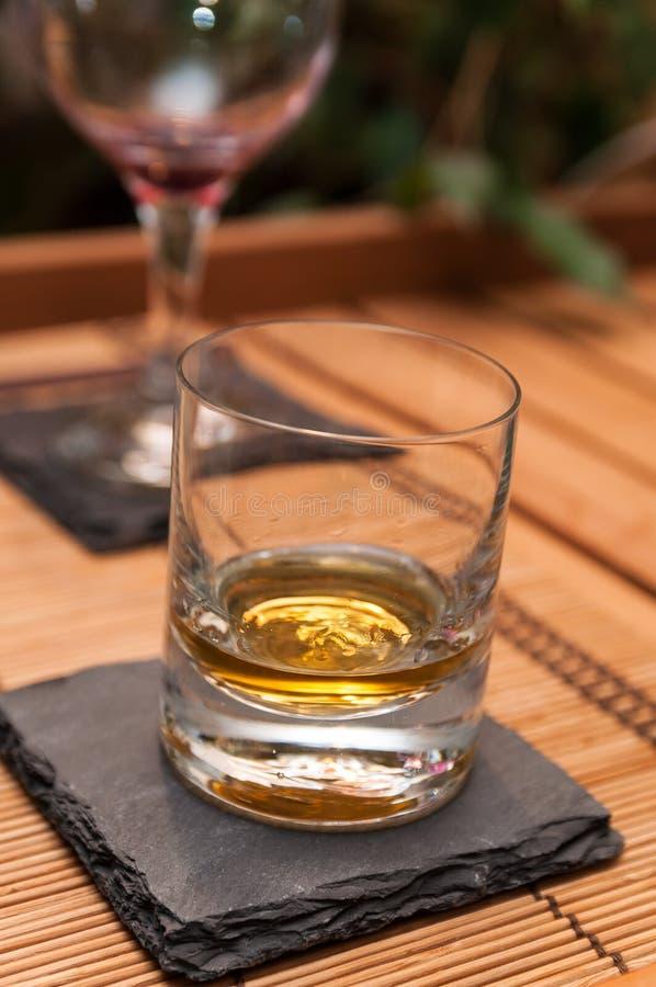 在板岩的威士忌酒glas 库存照片