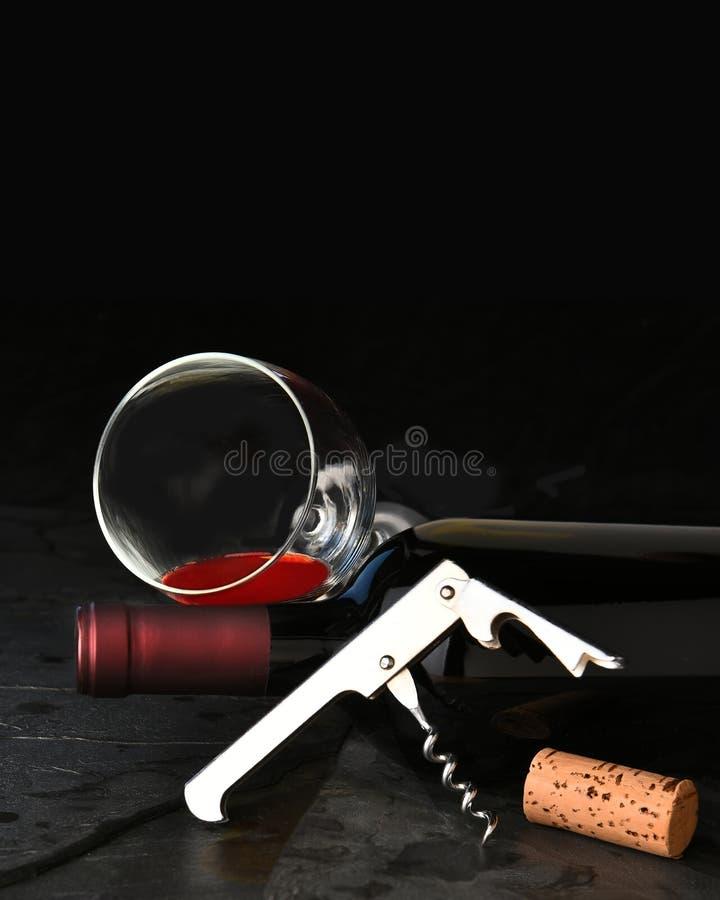 在板岩的酒瓶玻璃拔塞螺旋 免版税库存照片