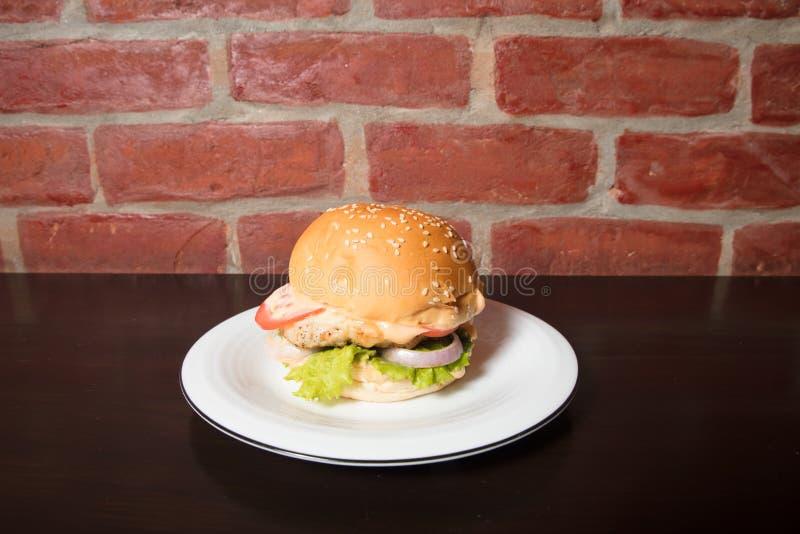 在板材供食的完善的美国汉堡包 库存图片