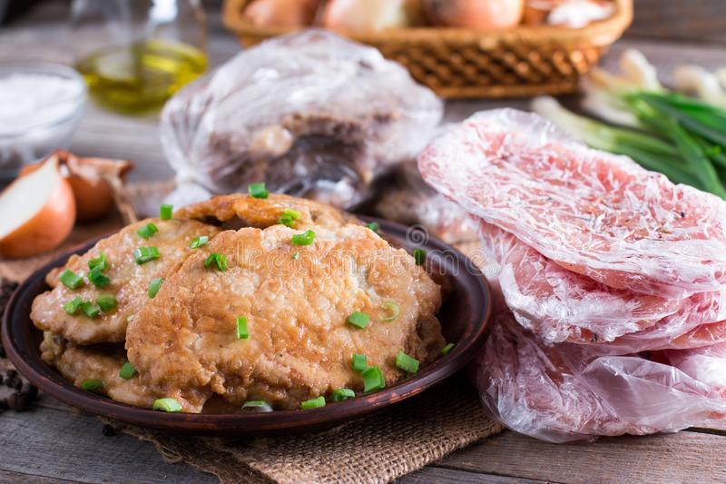 在板材和冻猪肉脖子的猪肉炸肉排砍肉 库存照片