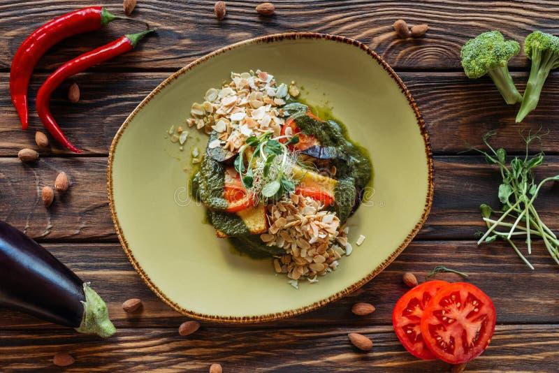 在板材和新鲜的成份服务的素食沙拉顶视图安排了  免版税库存图片