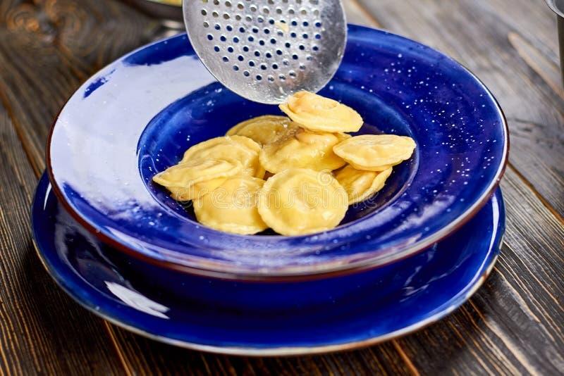 在板材和瓢滤锅的饺子 免版税库存图片