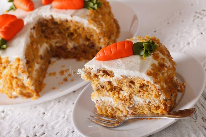 在板材特写镜头的被切的胡萝卜糕 水平 免版税库存图片