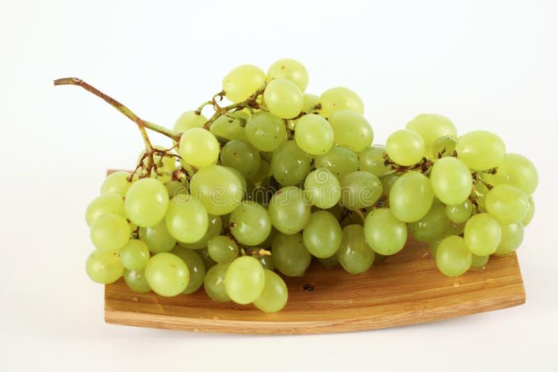 在板材白色背景的可口绿色白葡萄 库存照片
