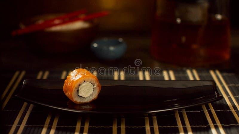 在板材的一红色鱼卷 与三文鱼的卷 与飞鱼的寿司 在一个美丽的盘的日本食物 饮食食物 库存照片
