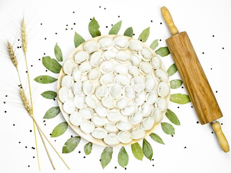 在板材的俄国pelmeni饺子 顶视图 免版税库存图片