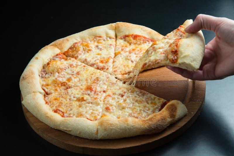 在板材的四奶酪披萨烤箱 免版税库存图片