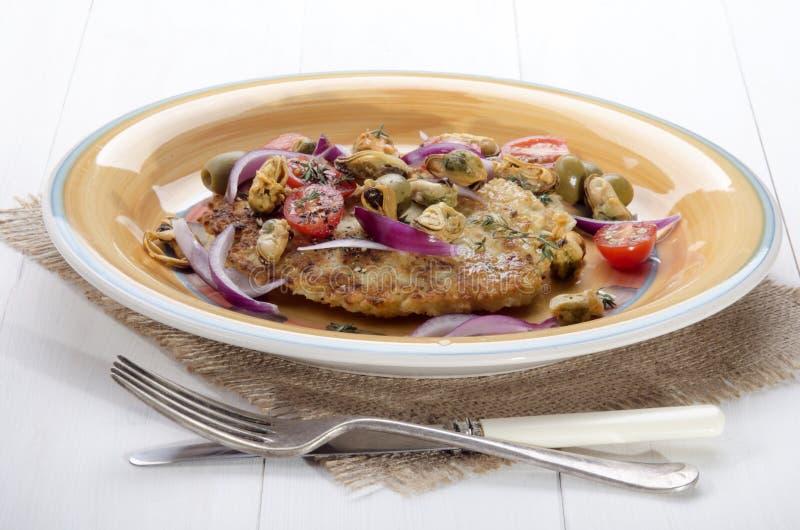 在板材的地中海土豆薄烤饼 免版税库存照片