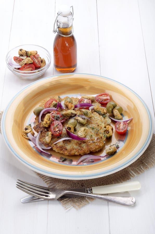 在板材的地中海土豆薄烤饼 库存图片