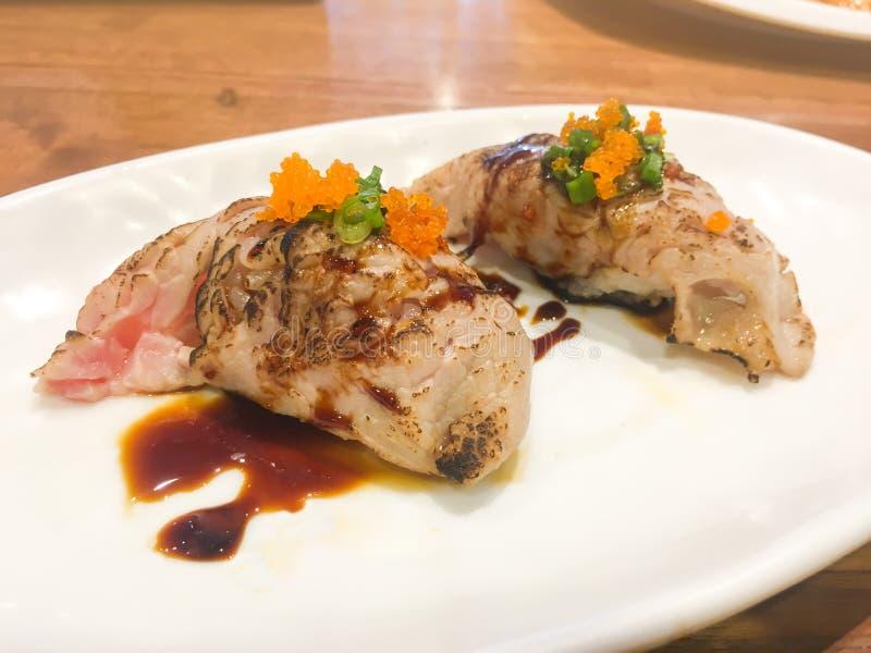 在板材的寿司卷在日本料理店的桌上 库存照片
