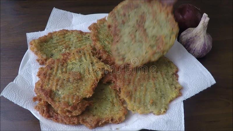 在板材的微小的土豆薄烤饼 影视素材