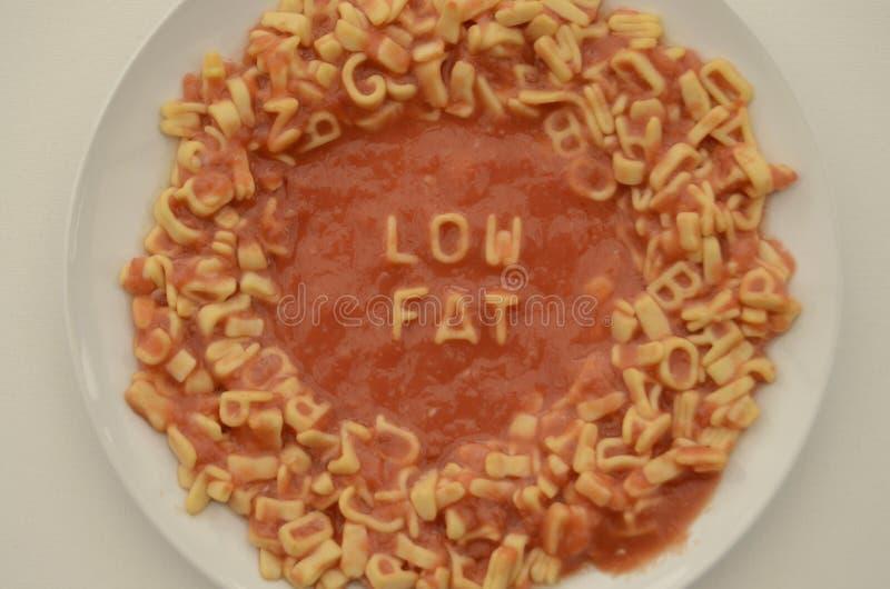 在板材的意粉信件拼写低脂肪 免版税库存照片