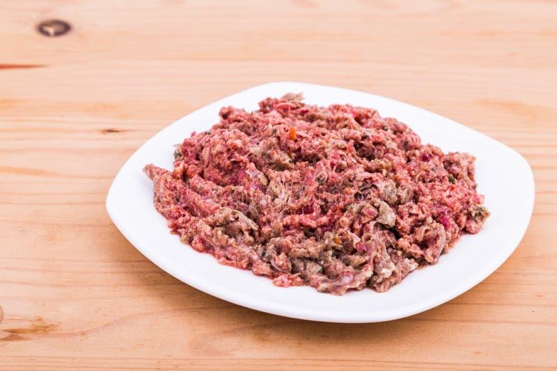 在板材的新鲜和滋补剁碎的生肉狗食 库存图片