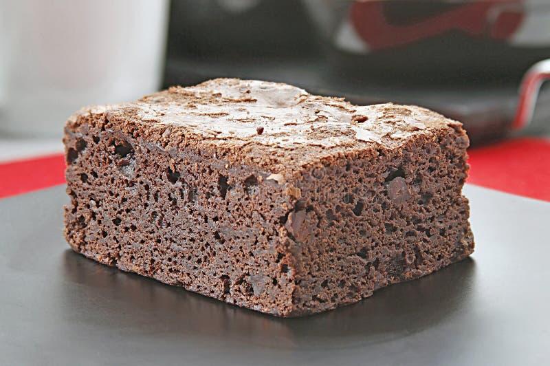 在板材的新鲜的可可粉蛋糕 库存照片